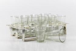 12 Gläser mit Metallhalter